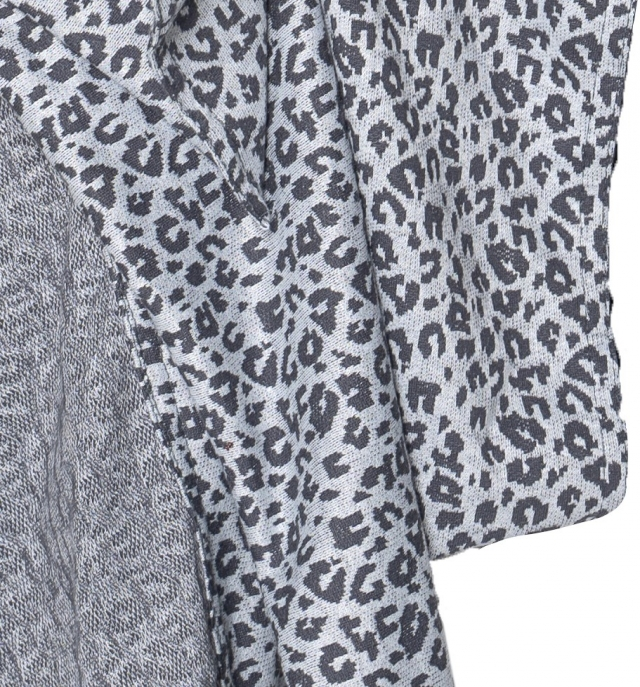 Ringsling grey leopard close up stof